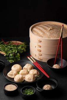Ângulo alto de prato tradicional asiático com bolinhos