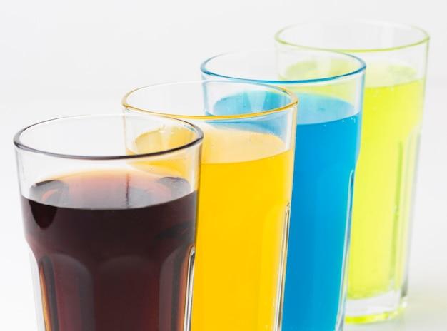 Ângulo alto de refrigerantes em copos