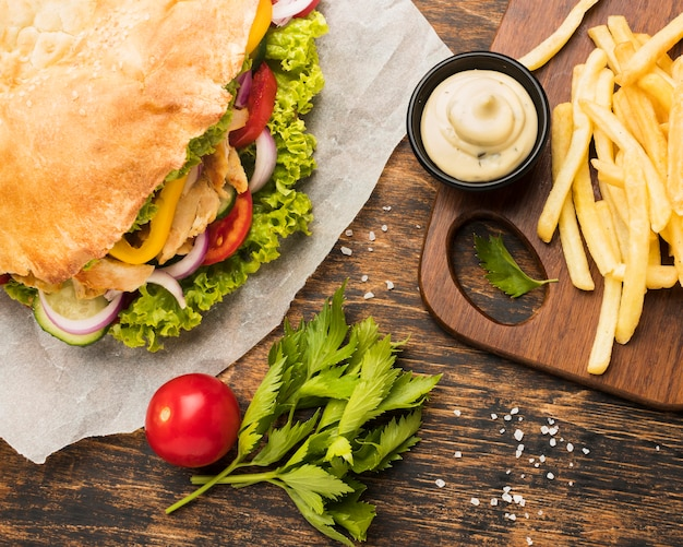 Ângulo alto de saboroso kebab com maionese e batata frita