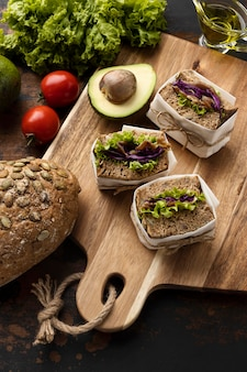 Ângulo alto de sanduíches com tomate e abacate