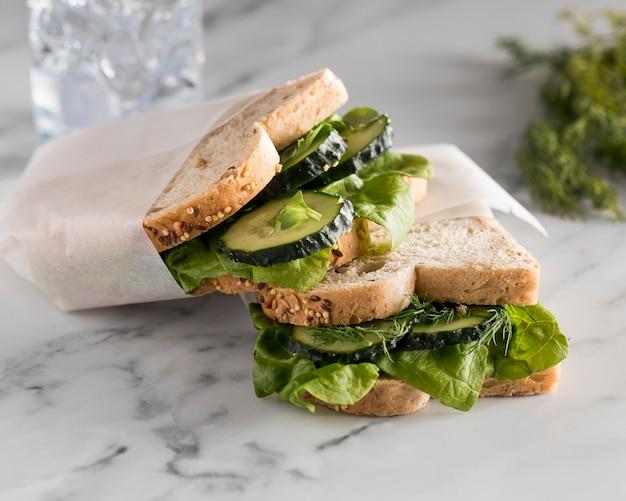Ângulo alto de sanduíches com vegetais e pepino