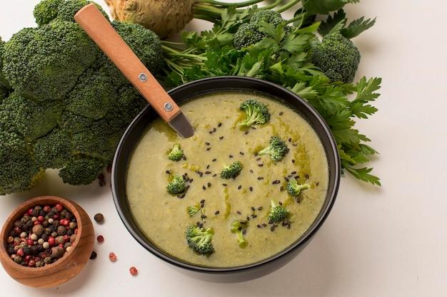 Ângulo alto de sopa de brócolis de inverno em uma tigela