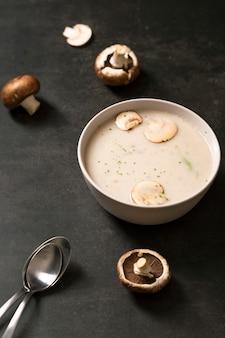 Ângulo alto de sopa de creme de cogumelos