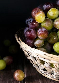 Ângulo alto de uvas de outono na cesta