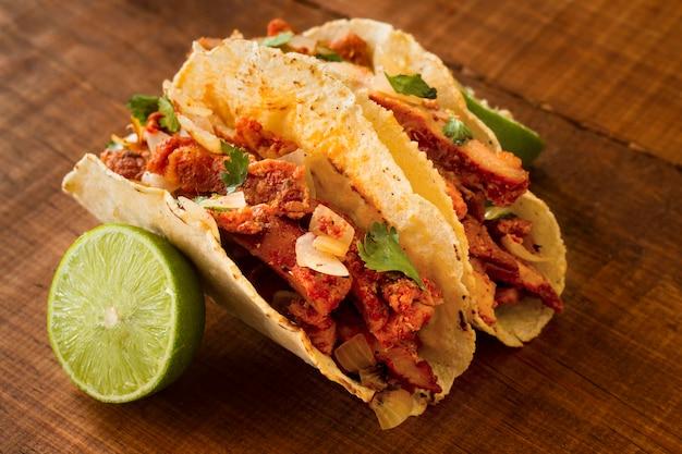 Ângulo alto do conceito de comida mexicana