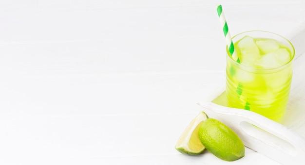 Ângulo alto do copo de refrigerante com limão e espaço de cópia