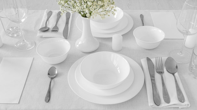 Ângulo alto dos pratos e fofo na mesa branca