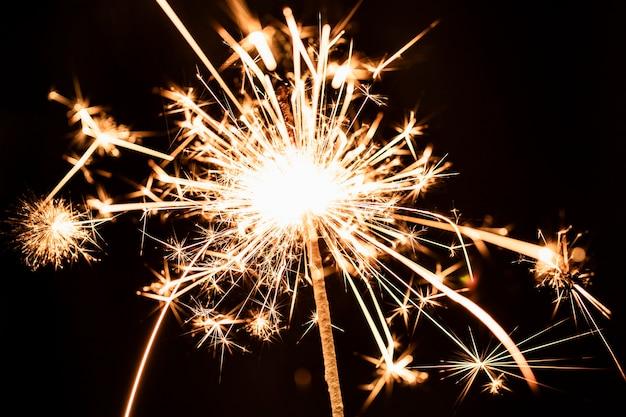 Ângulo baixo bela luz de fogo de artifício dourado no céu