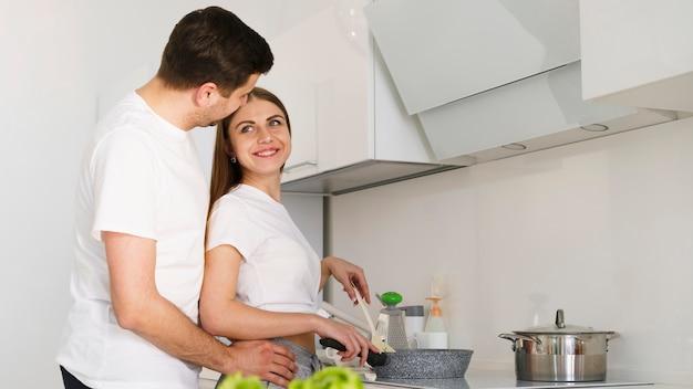 Ângulo baixo casal cozinhar