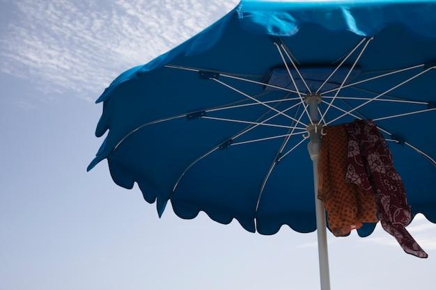 Ângulo baixo, cima, guarda-chuva praia
