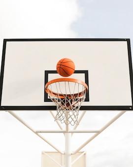 Ângulo baixo da cesta de basquete