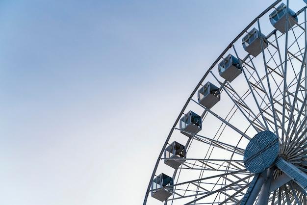 Ângulo baixo da roda gigante da balsa na cidade com espaço de cópia