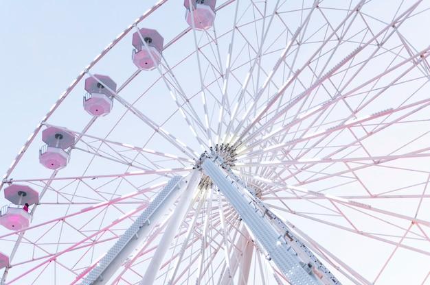 Ângulo baixo da roda gigante no parque de diversões