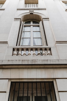 Ângulo baixo das janelas no edifício da cidade