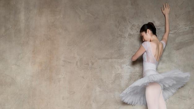 Ângulo baixo de bailarina em vestido tutu com espaço de cópia