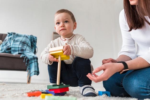 Ângulo baixo de mãe e filho brincando juntos