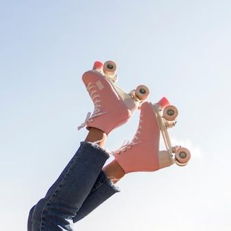 Ângulo baixo de patins nas pernas com espaço para texto