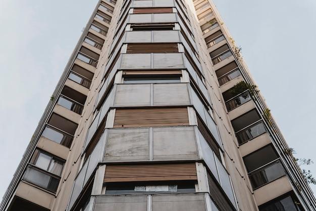 Ângulo baixo de um prédio de apartamentos alto na cidade