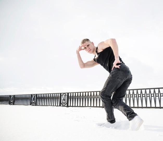 Ângulo baixo do artista de hip hop fora na neve