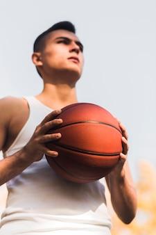 Ângulo baixo do jogador de basquete motivado