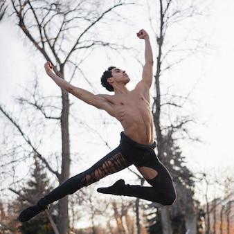 Ângulo baixo jovem macho dançando balé