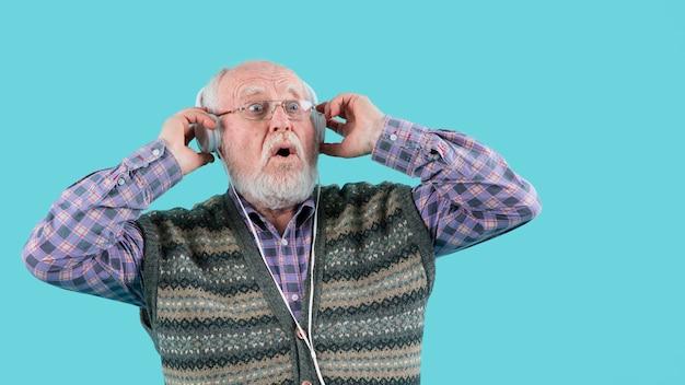 Ângulo baixo surpreendeu o homem vivendo a música