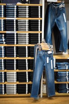 Ângulo vertical com prateleira de jeans e denim