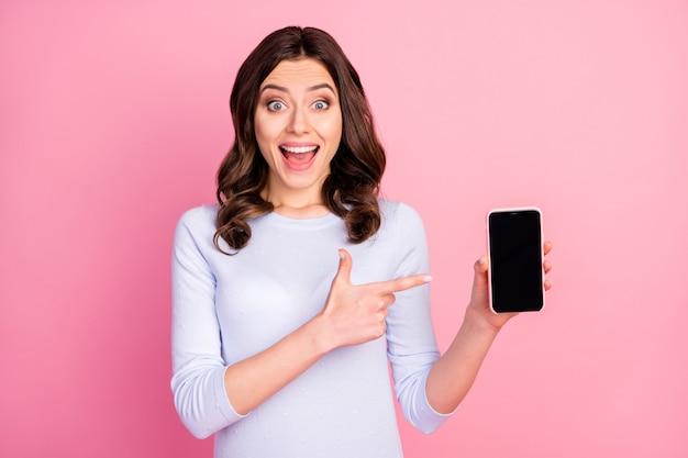 Animada promotora senhora segurando telefone direcionando tela de toque de dedo