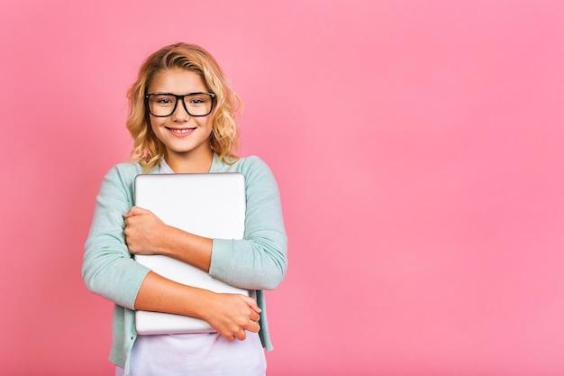 Animado garotinha loira adolescente criança de 12-13 anos de idade. conceito de estilo de vida infantil