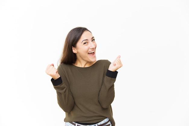 Animado linda mulher latina alegre, regozijando-se com boas notícias