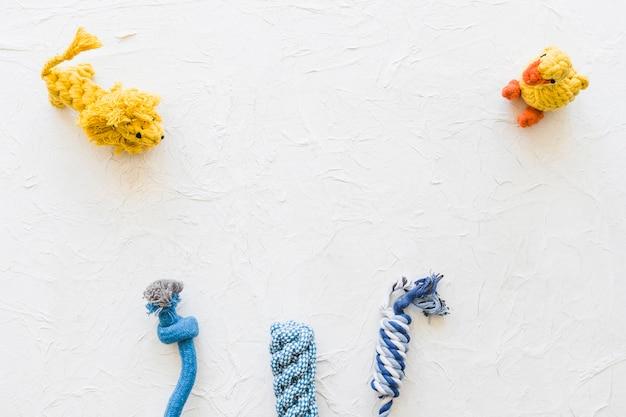 Animais de brinquedo perto de cordas
