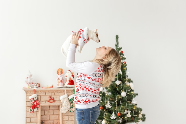 Animais de estimação e conceito de animal - mulher bonita com cachorro engraçado jack russell terrier