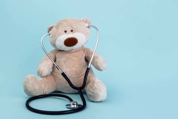 Animal de urso de pelúcia apresentado como um pediatra segurando um estetoscópio