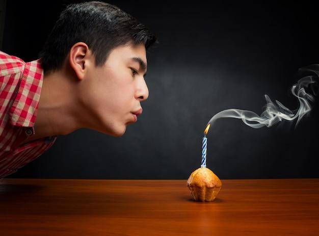 Aniversariante apagando a vela