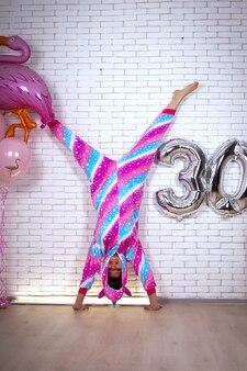 Aniversariante com pijama arco-íris comemorando seu 30º aniversário