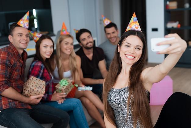 Aniversariante fazer selfie. festa de aniversário.