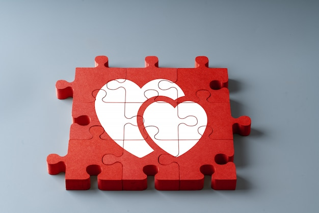 Aniversário, casamento e dia dos namorados na vista superior do conceito de quebra-cabeça