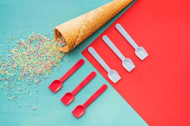 Aniversário, composição, sorvete, cone, confetti, colheres