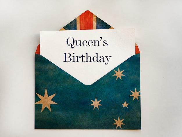 Aniversário da rainha. cartão lindo e brilhante. close, vista de cima. conceito de feriado nacional.