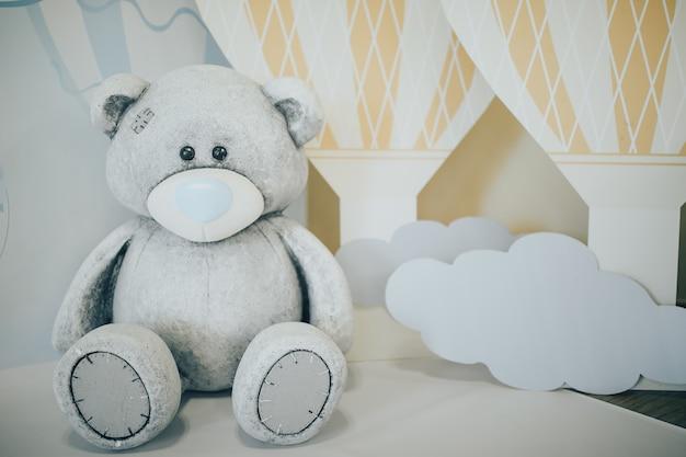 Aniversário das crianças. decorações de aniversário de um ano. urso de pelúcia