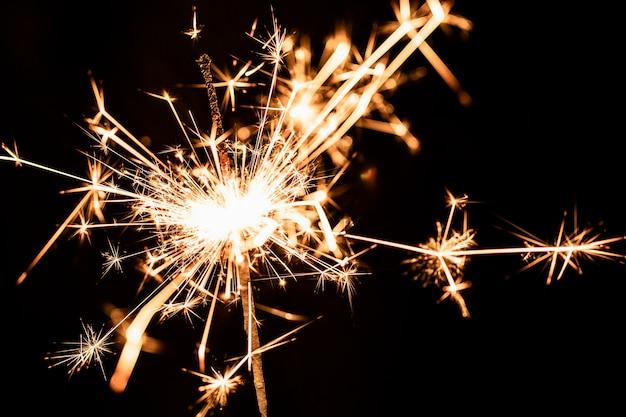 Aniversário de festa de ano novo com fogos de artifício