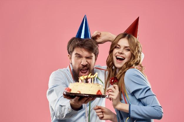 Aniversário de homem e mulher com um bolo e velas