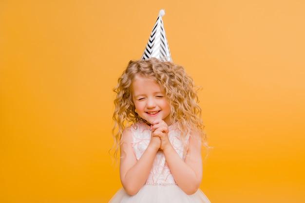 Aniversário de menina bebê sorrindo em laranja