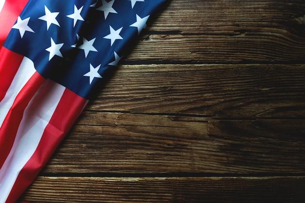 Aniversário do dia de martin luther king - bandeira americana em fundo de madeira