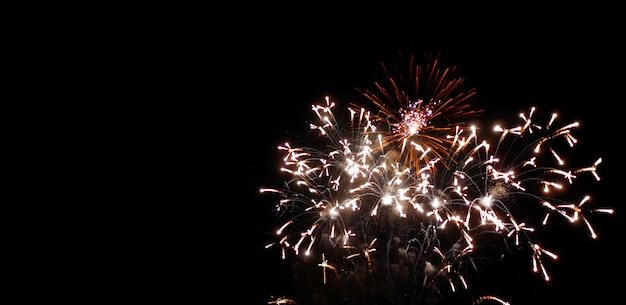 Aniversário e festival de fogos de artifício de ano novo no céu noturno
