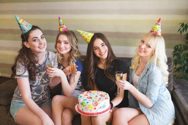 Aniversário. garotas posando com bolo no aniversário.