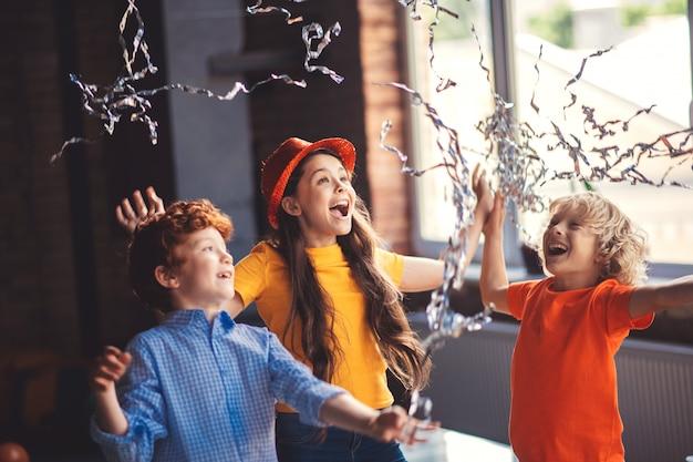 Aniversário. três crianças fofas comemorando aniversário e curtindo