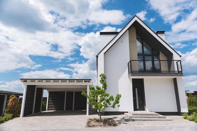 Anjo baixo de uma bela casa moderna com garagem