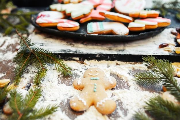 Anjo da neve do boneco de gengibre na mesa da cozinha