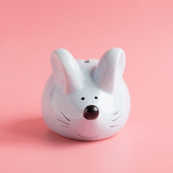 Ano do signo do zodíaco chinês de rato. ratinho como caixa de dinheiro na cor rosa. símbolo de 2020 com copyspace. feliz ano novo ano 2020.